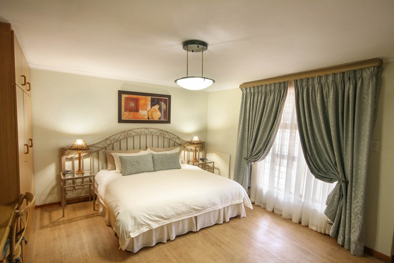 Old Oak Guest House is a 3-star guest house in Bellville.